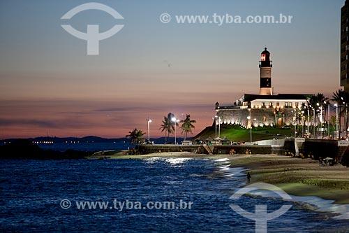 Assunto: Pôr do sol na Praia da Barra com o Forte de Santo Antônio da Barra (1702) ao fundo / Local: Salvador - Bahia (BA) - Brasil / Data: 04/2012