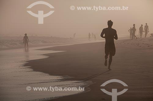 Assunto: Jovens na Praia da Barra da Tijuca durante maresia no inverno / Local: Barra da Tijuca - Rio de Janeiro (RJ) - Brasil / Data: 07/2013