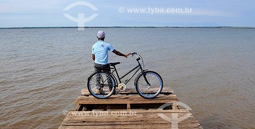 Assunto: Homem apoaiado em bicicleta olhando o Rio Tietê / Local: Pereira Barreto - São Paulo (SP) - Brasil / Data: 10/2013