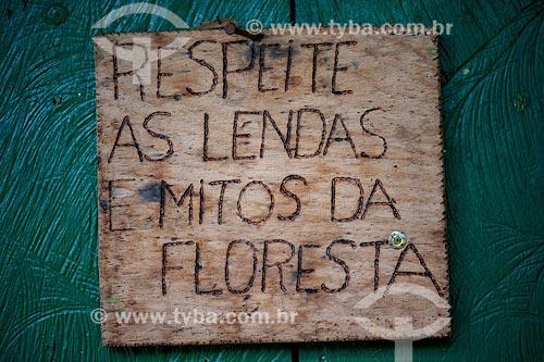 Assunto: Placa com os dizeres respeite as lendas e mitos da floresta no Seringal Cachoeira / Local: Xapuri - Acre (AC) - Brasil / Data: 05/2013