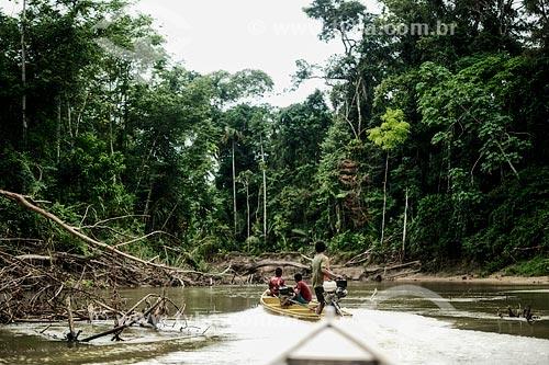 Assunto: Índios Yawanawá caçando no Rio Grégorio / Local: Acre (AC) - Brasil / Data: 05/2013
