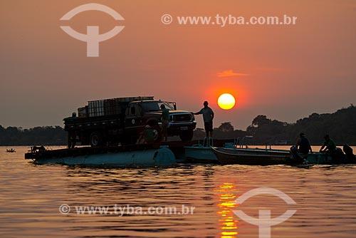 Assunto: Travessia de balsa no Rio Cuiabá durante o pôr do sol / Local: Mato Grosso (MT) - Brasil / Data: 10/2012