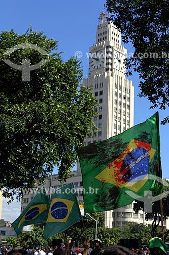 Bandeira de Manifestante favorável a volta dos militares ao poder durante o desfile em comemoração ao Sete de Setembro na Avenida Presidente Vargas - militante (com a bandeira do Brasil) do movimento Intervenção Militar Já!  - Rio de Janeiro - Rio de Janeiro - Brasil