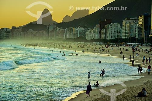 Assunto: Pôr do sol na Praia de Copacabana visto a partir da Praia do Leme com a Morro Dois Irmãos e a Pedra da Gávea ao fundo / Local: Leme - Rio de Janeiro (RJ) - Brasil / Data: 06/2013
