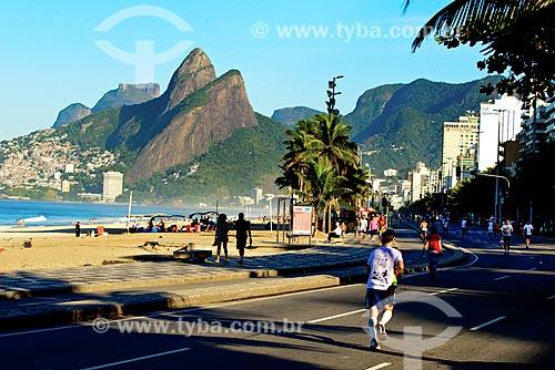 Assunto: Avenida Delfim Moreira - fechada ao trânsito para uso como área de lazer - com Morro Dois Irmãos e a Pedra da Gávea ao fundo / Local: Ipanema - Rio de Janeiro (RJ) - Brasil / Data: 06/2013