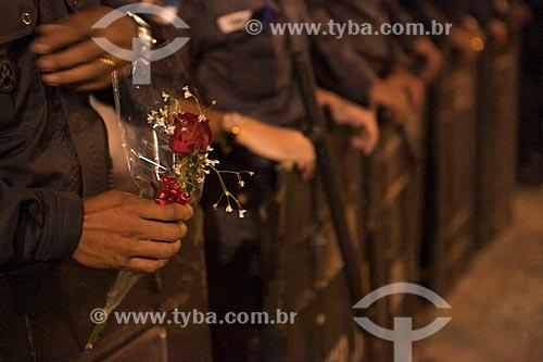 Assunto: Policial da tropa de choque segurando rosas durante manifestação na Avenida Rio Branco / Local: Centro - Rio de Janeiro (RJ) - Brasil / Data: 10/2013