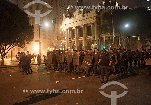 Assunto: Policiais da tropa de choque durante manifestação na Avenida Rio Branco - com o Theatro Municipal do Rio de Janeiro (1909) ao fundo / Local: Centro - Rio de Janeiro (RJ) - Brasil / Data: 10/2013