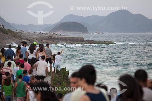 Assunto: Banhistas na Pedra do Arpoador aguardando o pôr do sol com o Antigo Forte de Copacabana (1914-1987), atual Museu Histórico do Exército ao fundo / Local: Ipanema - Rio de Janeiro (RJ) - Brasil / Data: 10/2013