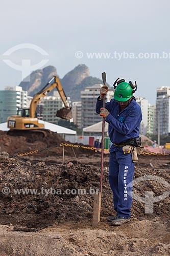 Assunto: Operário trabalhando nas obras de fundação do Parque Olímpico Rio 2016 - antigo Autódromo Internacional Nelson Piquet - Autódromo de Jacarepaguá / Local: Barra da Tijuca - Rio de Janeiro (RJ) - Brasil / Data: 10/2013