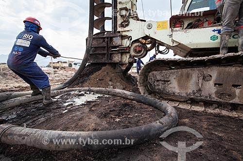 Operário trabalhando na máquina de perfuração rotativa durante as obras de fundação do Parque Olímpico Rio 2016 - antigo Autódromo Internacional Nelson Piquet - Autódromo de Jacarepaguá  - Rio de Janeiro - Rio de Janeiro - Brasil