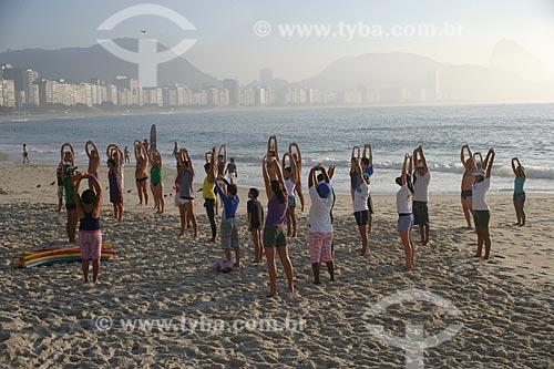 Aquecimento durante a aula do projeto Natação no Mar - de Luiz Lima - Posto 6  - Rio de Janeiro - Rio de Janeiro - Brasil