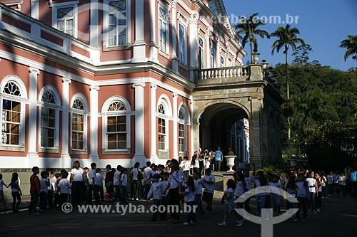 Crianças na entrada do Museu Imperial de Petrópolis  - Petrópolis - Rio de Janeiro - Brasil