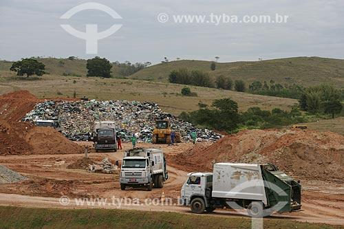 Caminhões de lixo descarregando no Centro de Tratamento de Resíduos Sólidos de Itaboraí  - Itaboraí - Rio de Janeiro - Brasil