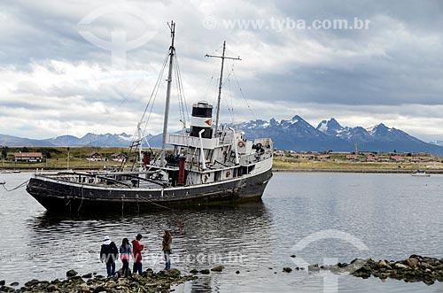 Assunto: Adolescentes observando navio encalhado próximo ao Porto de Ushuaia / Local: Ushuaia - Província Terra do Fogo - Argentina - América do Sul / Data: 01/2012