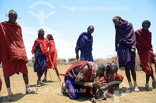 Assunto: Homens da Tribo Masai produzindo fogo através do atrito no Parque Nacional de Amboseli / Local: Vale do Rift - Quênia - África / Data: 09/2012