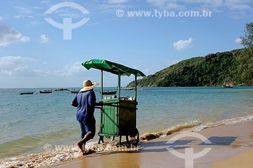 Assunto: Vendedor ambulante de milho na Praia da Tartaruga / Local: Armação dos Búzios - Rio de Janeiro (RJ) - Brasil / Data: 05/2013