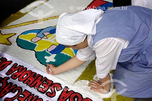 Assunto: Freira montando tapete para a procissão de Corpus Christi na Avenida Chile / Local: Centro - Rio de Janeiro (RJ) - Brasil / Data: 05/2013
