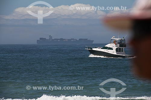Assunto: Navio cargueiro e lancha na Praia da Barra da Tijuca / Local: Barra da Tijuca - Rio de Janeiro (RJ) - Brasil / Data: 11/2013