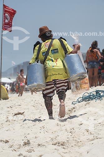 Assunto: Vendedor de mate na Praia da Barra da Tijuca - considerados Patrimônio Cultural e Imaterial da Cidade / Local: Barra da Tijuca - Rio de Janeiro (RJ) - Brasil / Data: 11/2013