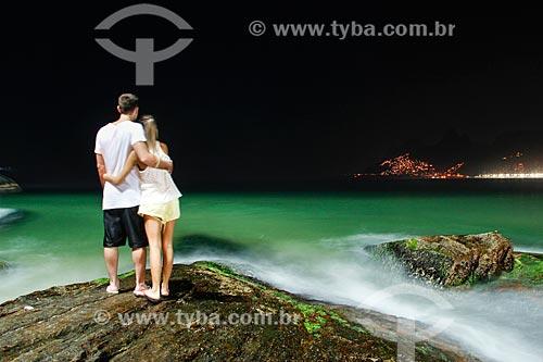Assunto: Jovem casal na Pedra do Arpoador à noite / Local: Ipanema - Rio de Janeiro (RJ) - Brasil / Data: 11/2013