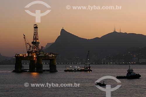 Vista de plataforma de petróleo com o Cristo Redentor ao fundo  - Niterói - Rio de Janeiro - Brasil