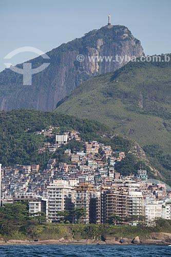 Assunto: Hotel Sofitel Rio de Janeiro, favela Pavão Pavãozinho e prédios na Praia de Copacabana com o Cristo Redentor (1931) ao fundo / Local: Copacabana - Rio de Janeiro (RJ) - Brasil / Data: 11/2013