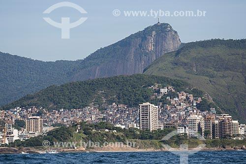 Assunto: Hotel Sofitel Rio de Janeiro, favelas do Cantagalo e Pavão Pavãozinho e prédios na Praia de Copacabana com o Cristo Redentor (1931) ao fundo / Local: Copacabana - Rio de Janeiro (RJ) - Brasil / Data: 11/2013