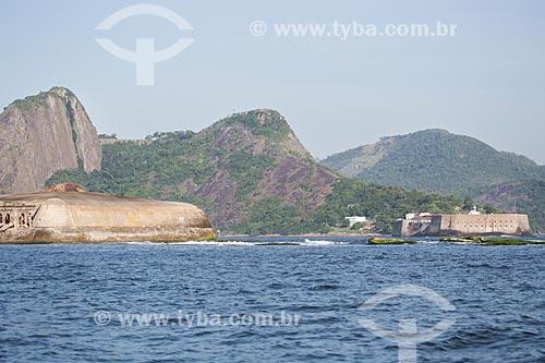 Assunto: Vista do Forte Tamandaré da Laje (1555) - à esquerda - com a Fortaleza de Santa Cruz (1612) à direita / Local: Rio de Janeiro (RJ) - Brasil / Data: 11/2013