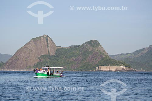 Assunto: Barco na boca da Baía de Guanabara com a Fortaleza de Santa Cruz (1612) ao fundo / Local: Niterói - Rio de Janeiro (RJ) - Brasil / Data: 11/2013