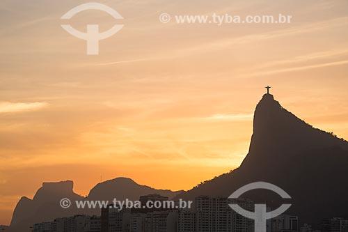Assunto: Vista do pôr do sol no Cristo Redentor (1931) com a Pedra da Gávea ao fundo / Local: Rio de Janeiro (RJ) - Brasil / Data: 11/2013