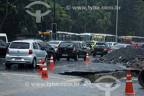 Assunto: Engarrafamento e rua com buraco no asfalto durante enchente  / Local: Maracanã - Rio de Janeiro (RJ) - Brasil / Data: 12/2013