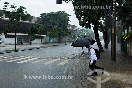 Assunto: Homem atravessando a Rua Professor Eurico Rabelo durante enchente / Local: Maracanã - Rio de Janeiro (RJ) - Brasil / Data: 12/2013