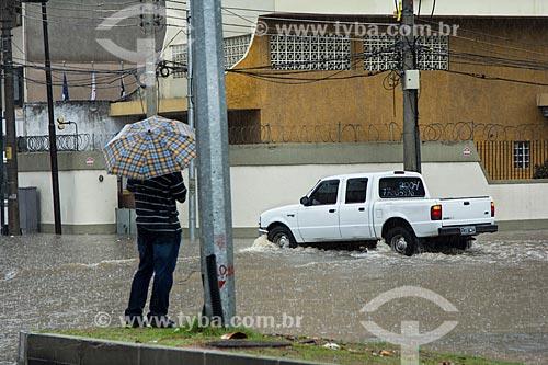 Assunto: Homem observando carro atravessar a Avenida Professor Manoel de Abreu durante enchente / Local: Maracanã - Rio de Janeiro (RJ) - Brasil / Data: 12/2013