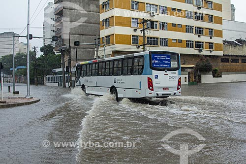 Assunto: Ônibus atravessando a Avenida Professor Manoel de Abreu durante enchente / Local: Maracanã - Rio de Janeiro (RJ) - Brasil / Data: 12/2013