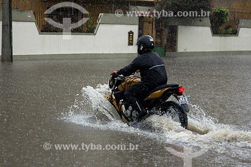 Assunto: Motocicleta atravessando a Avenida Professor Manoel de Abreu durante enchente / Local: Maracanã - Rio de Janeiro (RJ) - Brasil / Data: 12/2013