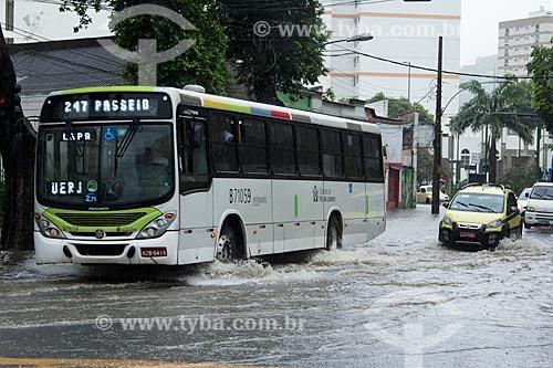 Assunto: Ônibus atravessando a Rua São Francisco Xavier durante enchente / Local: Maracanã - Rio de Janeiro (RJ) - Brasil / Data: 12/2013