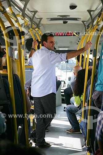 Prefeito Eduardo Paes dentro do ônibus na inauguração do Bus Rapid Transit  - Rio de Janeiro - Rio de Janeiro - Brasil