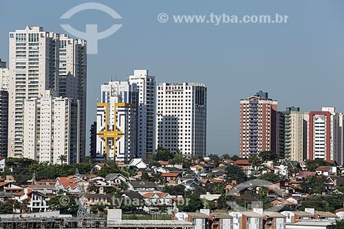 Casas no Jardim Esplanada com prédios do Jardim Aquarius ao fundo  - São José dos Campos - São Paulo - Brasil