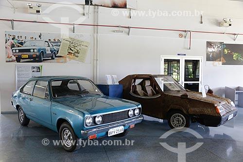 Primeiro modelo de carro movido a álcool Dodge à esquerda e protótipo de carro com carroceria de fibra vegetal à direita no Memorial Aeroespacial Brasileiro (MAB)  - São José dos Campos - São Paulo - Brasil