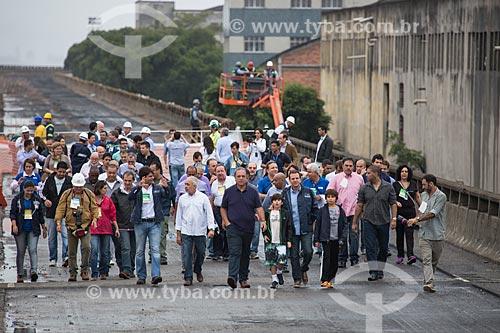 Autoridades acompanhando os preparativos para a implosão do primeiro trecho do Elevado da Perimetral - da esquerda para a direita: Pedro Paulo (secretário-chefe da Casa Civil), Adilson Pires (Vice-Prefeito), Luiz Fernando de Souza