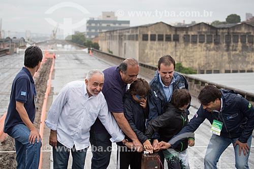 Autoridades acionando o detonador para a implosão do primeiro trecho do Elevado da Perimetral - da esquerda para a direita: Adilson Pires (Vice-Prefeito), Luiz Fernando de Souza