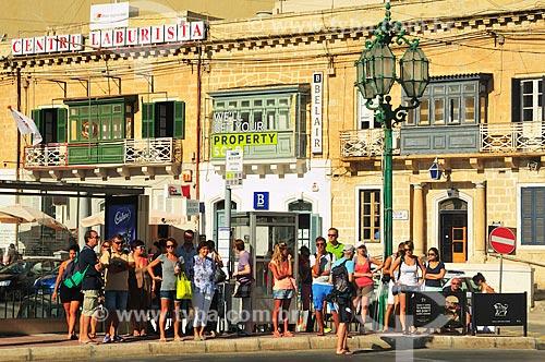 Assunto: Pessoas no ponto de ônibus / Local: República de Malta - Europa / Data: 09/2013