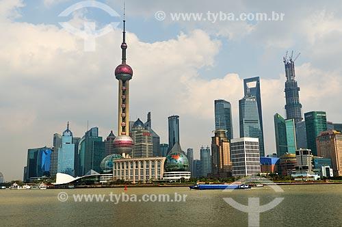 Assunto: Vista do Distrito de Pudong - Destaque para Torre de Televisão Pérola Oriental / Local: Xangai - China - Ásia / Data: 04/2013