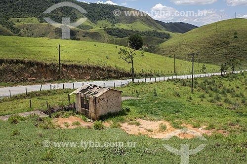 Assunto: Casa abandonada próximo a estrada com a Serra da Bocaina ao fundo / Local: Bananal - São Paulo (SP) - Brasil / Data: 11/2013