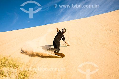 Homem praticando sandboard nas dunas do Parque Estadual do Rio Vermelho  - Florianópolis - Santa Catarina - Brasil