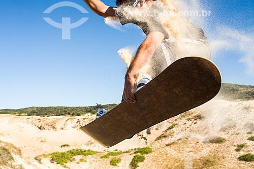 Homem praticando sandboard nas dunas da Praia da Ribanceira  - Imbituba - Santa Catarina - Brasil