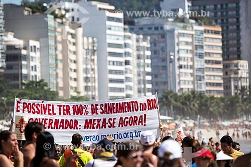 Assunto: Faixa da campanha Verão do Saneamento - ação cobrando mais saneamento básico - durante o evento Rei e Rainha do Mar na Praia de Copacabana (Posto 6) / Local: Copacabana - Rio de Janeiro (RJ) - Brasil / Data: 11/2013