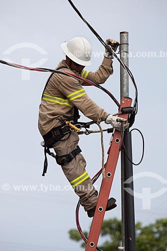 Assunto: Operário fazendo manutenção da rede de iluminação pública na Praça Marechal Rondon / Local: Porto Velho - Rondônia (RO) - Brasil / Data: 10/2013