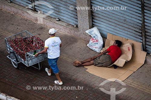 Assunto: Morador de rua deitado na Avenida Sete de Setembro / Local: Porto Velho - Rondônia (RO) - Brasil / Data: 11/2013