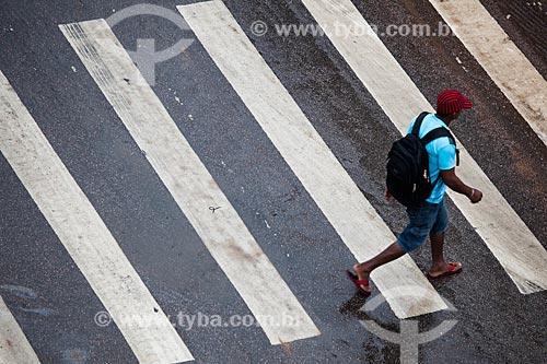 Assunto: Homem atravessando a faixa de pedestre na Avenida Sete de Setembro / Local: Porto Velho - Rondônia (RO) - Brasil / Data: 11/2013